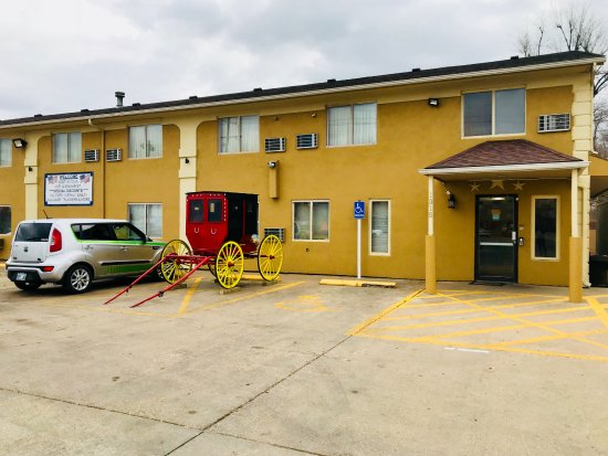Red Coach Inn and Suites Hutchinson Buggy 2