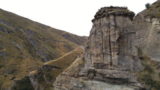 Unforgettable Skippers Canyon Tour : 4WD stopped near cliff and eroded bed rock
