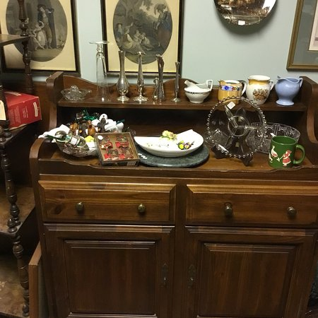 Meaford, Canadá: China ware, depression glass, silver plate, stained glass, China cabinet and hutch, table and ch