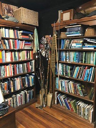 Omarama, Nueva Zelanda: Hunting and fishing books and section