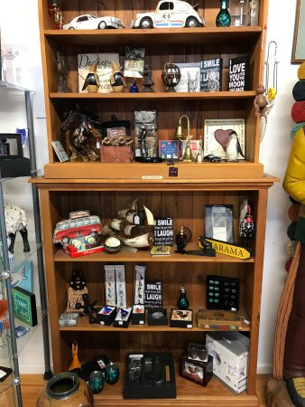 Omarama, Nueva Zelanda: Our ever-changing gift shelf