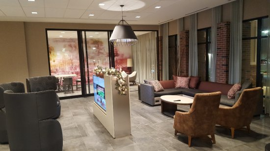 LaGrange, Τζόρτζια: Great open lobby space with 2 large TV's to watch news, sports, and enjoy a drink at