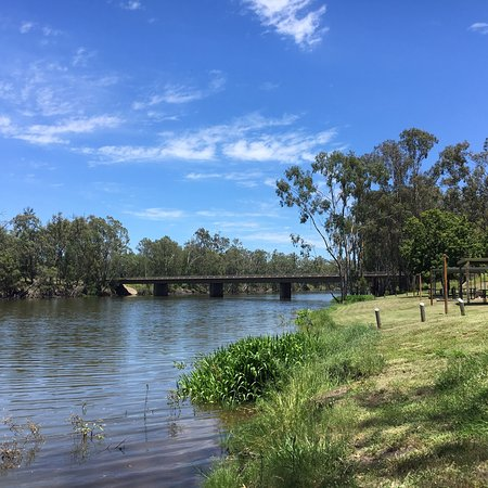 Moura, ออสเตรเลีย: Overlooking the river towards the bridge