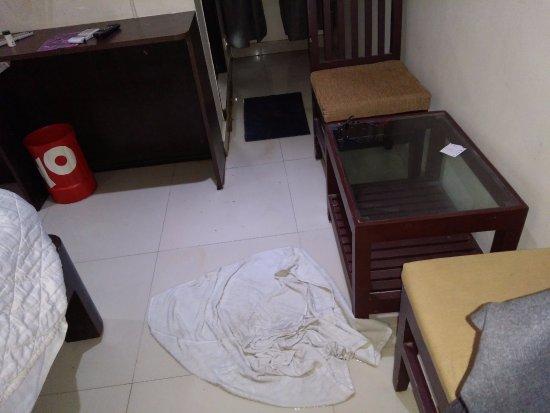 Hotel Udayee International : water overflow bathroom cloggage