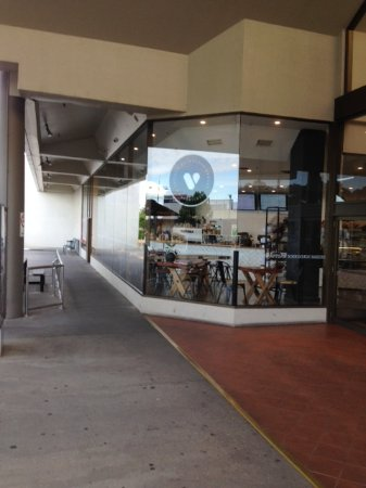 Wodonga, Australia: Side of shop facing car Park and Sliding doors to inside inside of mall where entrance is.