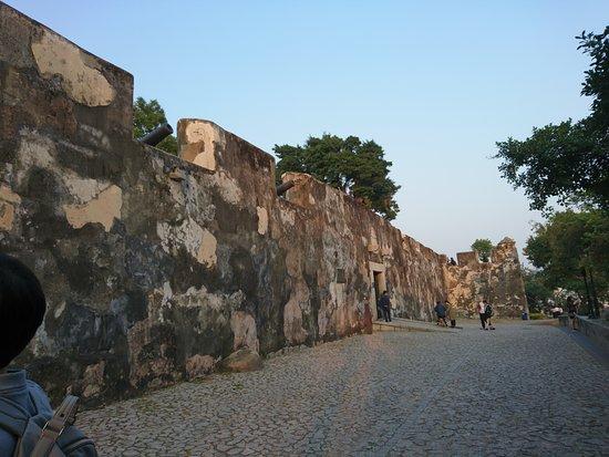 Monte Forte (Fortaleza do Monte): vista posterior de las murallas que protegen el fuerte