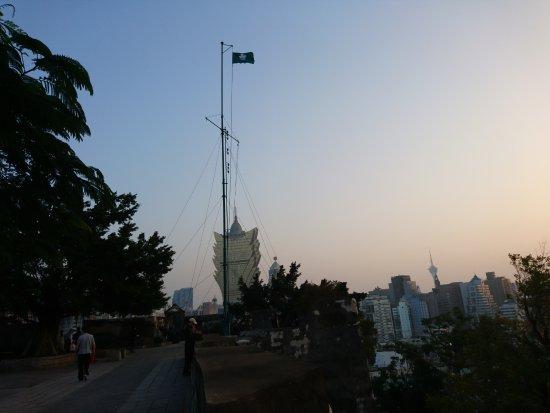 Monte Forte (Fortaleza do Monte): vista hacia la gran torre del casino Lisboa, a la lejos la torre de Macau