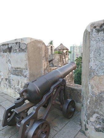 Monte Forte (Fortaleza do Monte): La fortificación está llena de cañones y es un buen contraste con la ciudad moderna