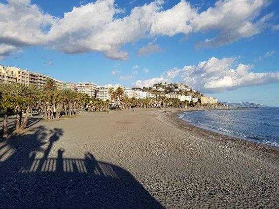 Almuñécar, España: La playa de PUERTA DEL MAR desde el Peñón del Santo.