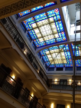 Hampton Inn & Suites Mexico City - Centro Historico: Looking up at the stained-glass ceiling