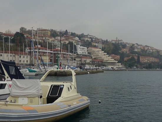 Muggia: 丘が差し迫った港町