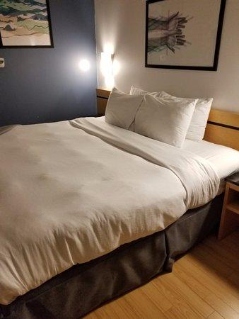 Hotel Le Dauphin Montreal Centre-Ville: Chambre très confortable