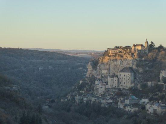 Cite Religieuse: Le soleil pointe sur le haut de Rocamadour