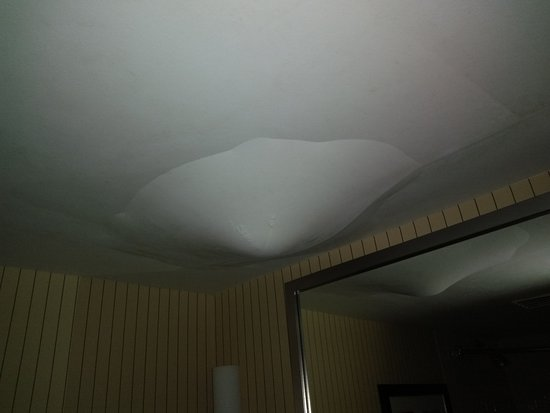 Four Points By Sheraton Niagara Falls Fallsview Oh No A Water Leak In The Middle