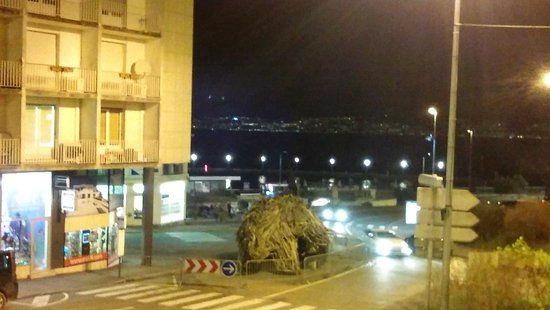 Évian-les-Bains, Francia: EVIAN VIEW BY NIGHT... (HARBOR & LAKE) SWITZERLAND IN BACKGROUND..