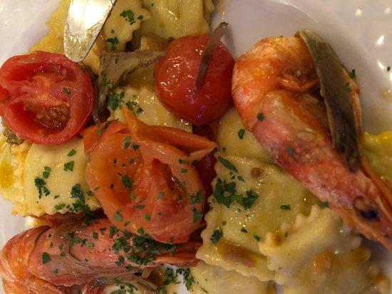 Cavi, Italia: ravioli di gallinella con gamberi carciofi e pomodorini