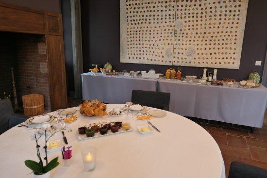 Château de Degrés : Breakfast with a sumptuous selection of wonderful food!