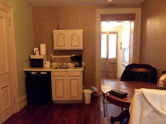 Suites On Broadway: Kitchenette