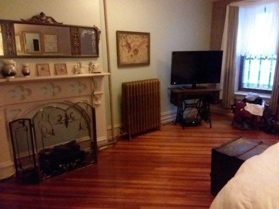 Suites On Broadway: Bedroom