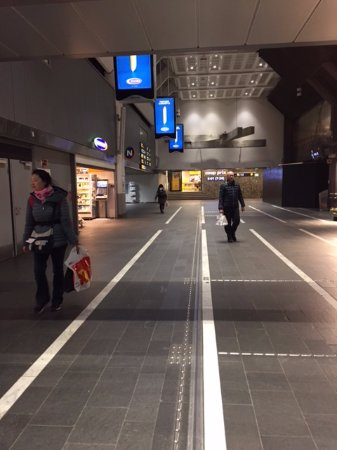 Gardermoen, Noruega: Well lit platforms