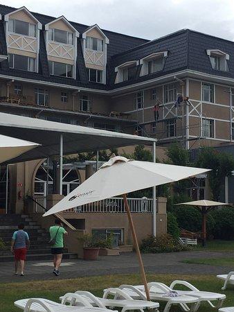 Gran Hotel Pucon: Asi esta el hotel Pucon.... el ruido de los maestros trabajando, la piscina vacía... una falta d