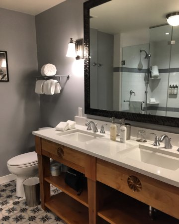 Taos Ski Valley, NM: Shampoo/Conditioner/Soap/Lotion/Fluffy Towels. High and low shower heads in huge shower.