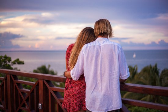 Hamanasi Adventure and Dive Resort: Romantic sunset on the roof deck overlooking the Caribbean