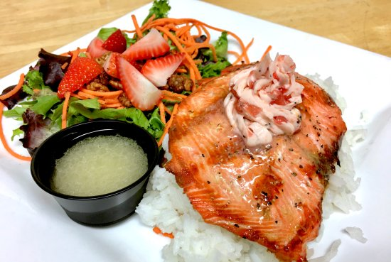 Cowichan Bay, Canadá: Sockey Salmon with Strawberry Butter & Mixed Greens