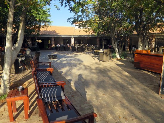 Khorixas, Namibia: Entrance and outdoor dining area