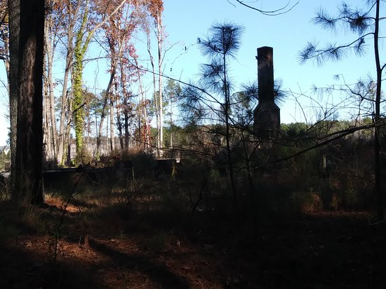 Apex, Carolina del Norte: site along trail, burned out house?