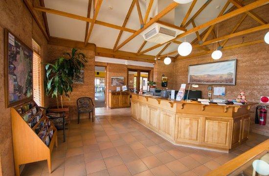 Mud Hut Motel: Lobby