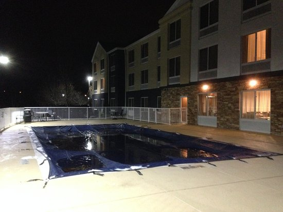 Christiansburg, VA: Outdoor saline pool was covered for winter.
