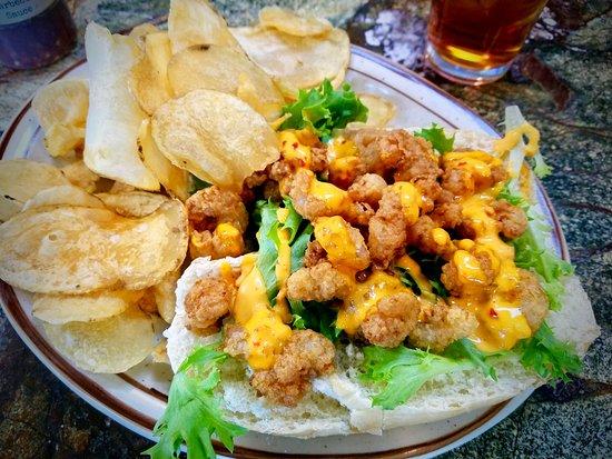 Lillington, Carolina del Norte: Shrimp Po'Boy on a hoagie roll with home-fried potato chips