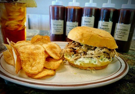 Lillington, Carolina del Norte: BBQ Pulled Pork Sandwich with home-fried potato chips