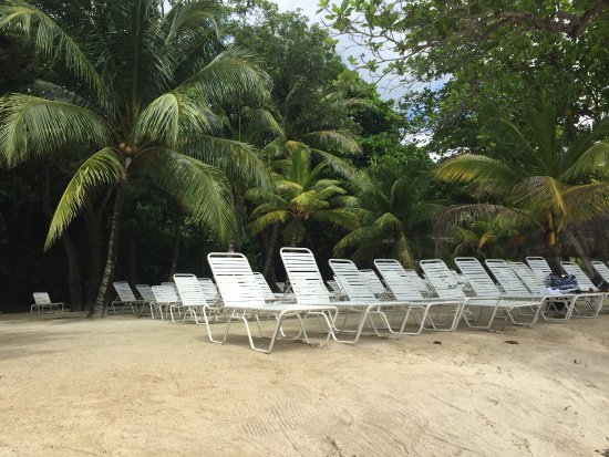 Maya Key : There were plenty of lounges in the sun and shade.