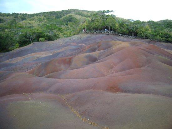 Chamarel: Горы разноцветного песка.