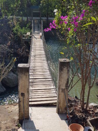 Mae Sot, Tailândia: Hot springs. Not many Thai locals but plenty of Burmese tourists! Worth crossing the wire bridge