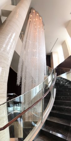 Shangri-La Hotel, Tokyo: Grand staircase with chandelier