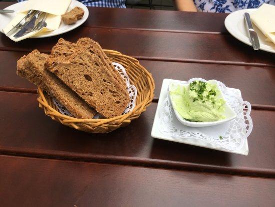 Aufmerksamkeit des Hauses mit selbst gebackenem Brot