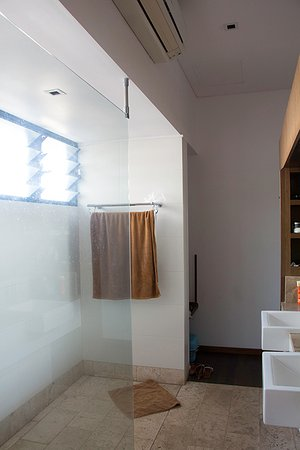 Pinctada McAlpine House: Bathroom/shower in one of the newer built rooms