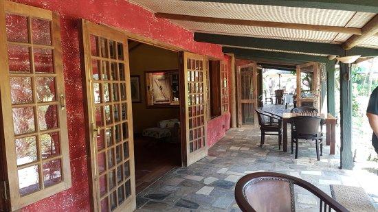 Lakaz Chamarel Exclusive Lodge: Varangue de Lacaze, sorte de grande terrasse commune qui dessert la réception, les cuisines le s