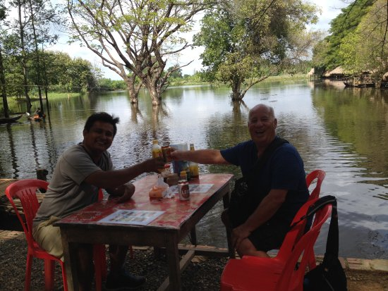 Battambang, Camboya: we stopped to have lunch, very nice place, at the bottom of a temple