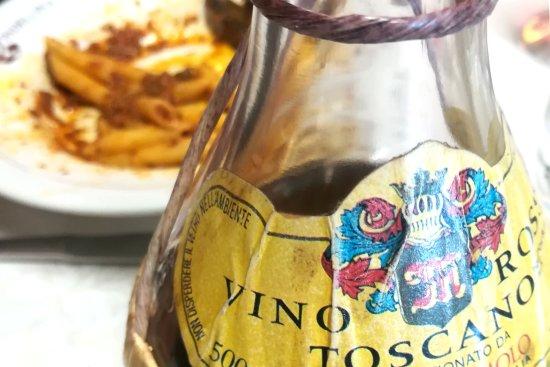Strada in Chianti, Italy: Vino locale