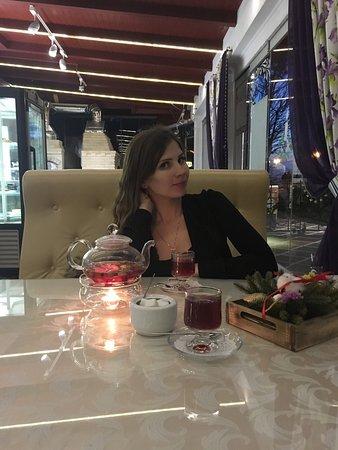 Astoria Cafe : Вкусно и уютно! В кафе приятное и внимательное обслуживание, приветливые официанты. Открывается