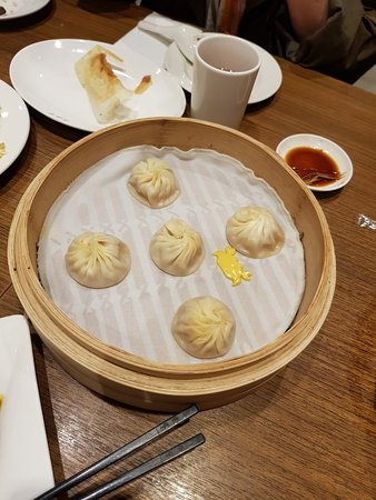 Din Tai Fung Kaohsiung Store: Soup dumplings and clear noodle soup, vegetables and fried chicken. total cost for 6 people 3500