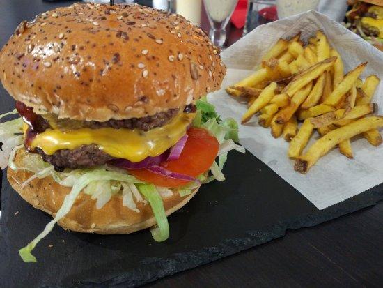 Epinay sur Seine, ฝรั่งเศส: Burger double steak et frites maison