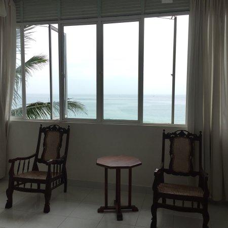 Habaraduwa, ศรีลังกา: Просторные и светлые номера, шикарная мебель. Прекрасный вид на океан. Комнаты с кондиционером