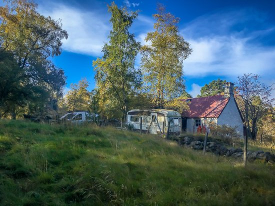Aviemore, UK: This isolated house, with white walls a red corrugated metal roof fits well into the rustic sett