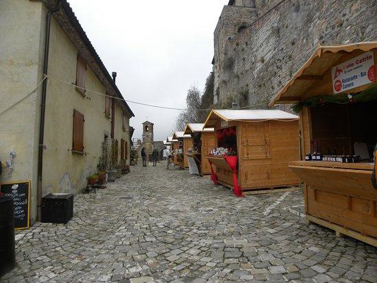 Il mercatino all 39 esterno della rocca castello di for Castello di frontone
