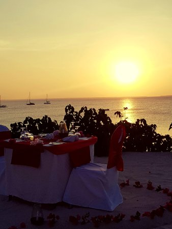 Hotel Riu Palace Zanzibar: Man kan boka bord separat i sanden vid havet
